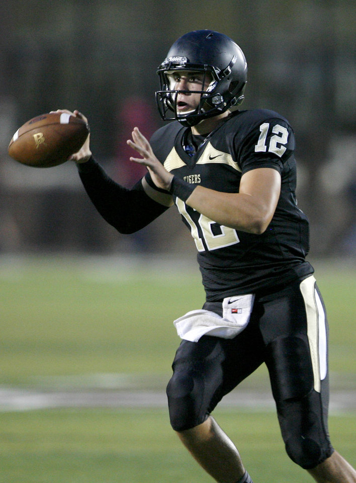 Photo - Broken Arrow's Coleman Key looks to pass during a high school football game against Sand Springs at Jenks High School on Friday, August 24, 2012. MATT BARNARD/Tulsa World ORG XMIT: DTI1208242050409904