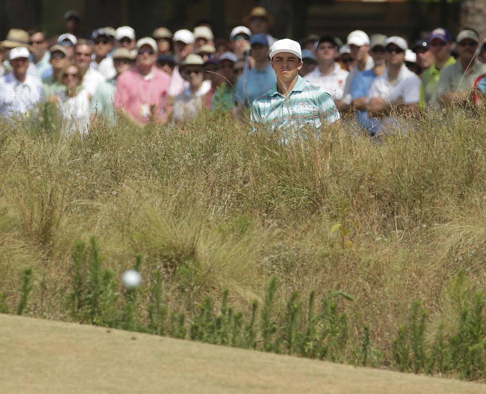Photo - Rickie Fowler chips to the green sixth hole during the third round of the U.S. Open golf tournament in Pinehurst, N.C., Saturday, June 14, 2014. (AP Photo/Charlie Riedel)