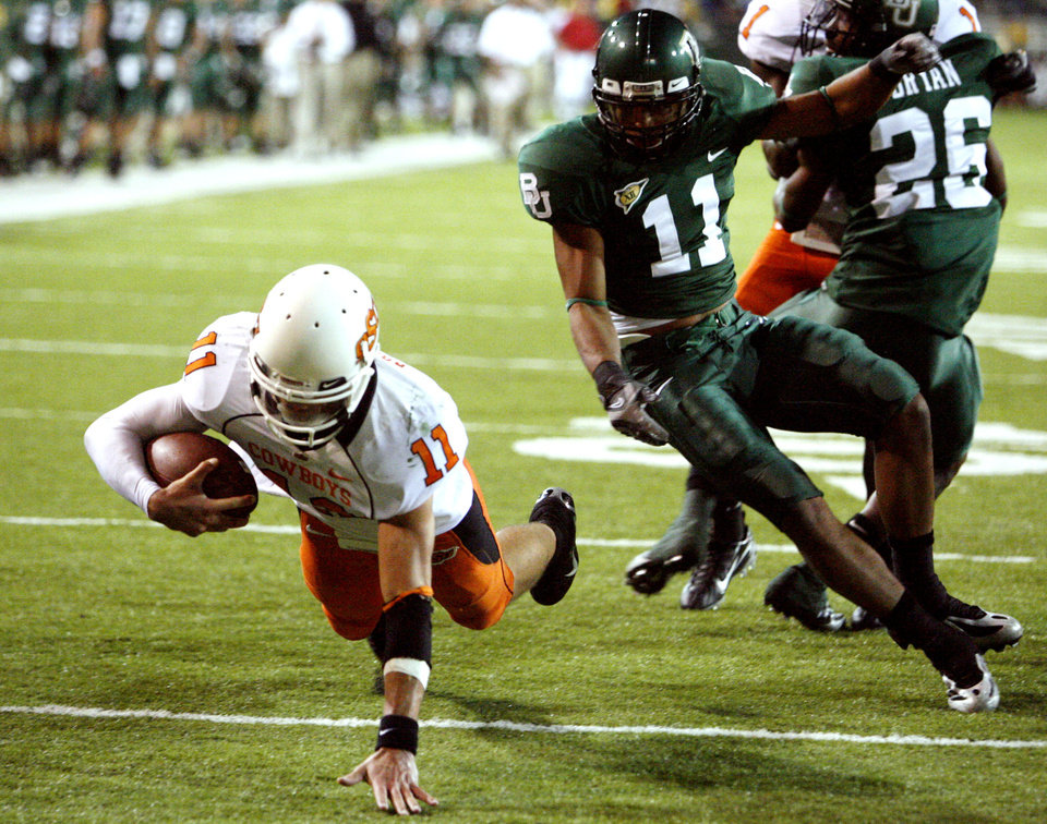 Photo - Quarterback Zac Robinson scores on a keeper during first half action in the college football game between Oklahoma State University and Baylor University at Floyd Casey Stadium in Waco, Texas, Saturday, Nov. 17, 2007. BY STEVE SISNEY, THE OKLAHOMAN