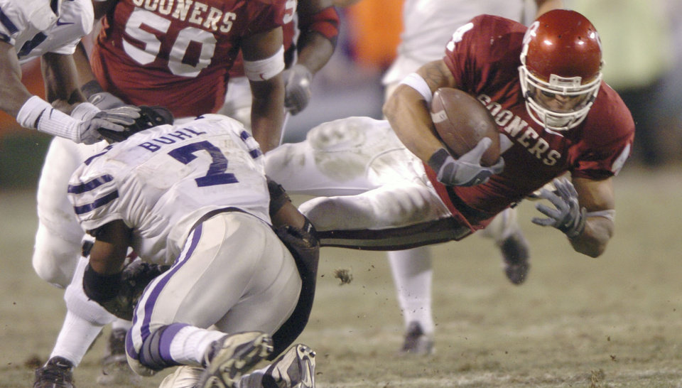 Kansas City, Mo. Saturday,12/06/2003 UNIVERSITY OF OKLAHOMA VS KANSAS STATE UNIVERSITY (KSU) BIG 12 COLLEGE FOOTBALL CHAMPIONSHIP ARROWHEAD STADIUM. OU\'s Travis Wilson is tackled by Josh Buhl during the first half. (Staff photo by Steve Gooch)