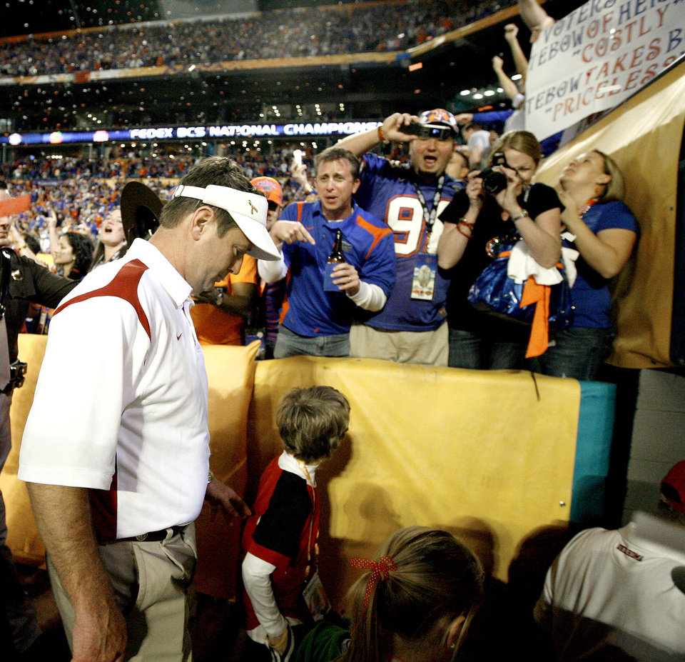 Photo - OU coach Bob Stoops walks off the field after OU's 24-14 loss to Florida in the BCS National Championship college football game between the University of Oklahoma Sooners (OU) and the University of Florida Gators (UF) on Thursday, Jan. 8, 2009, at Dolphin Stadium in Miami Gardens, Fla. 