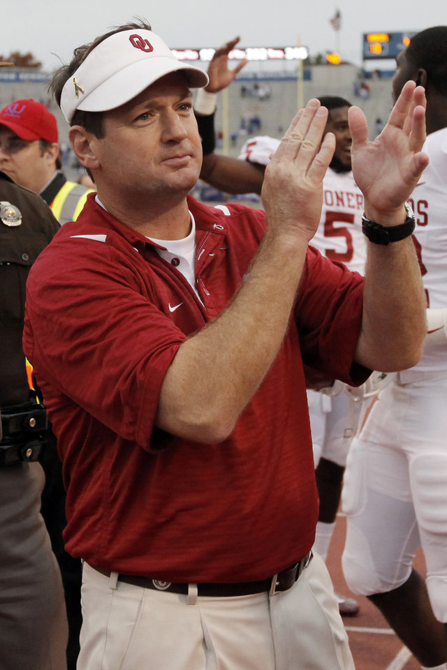 Photo - OU head coach Bob Stoops applauds in front of Sooner fans after the college football game between the University of Oklahoma Sooners (OU) and the University of Kansas Jayhawks (KU) on Saturday, Oct. 24, 2009, in Lawrence, Kan. OU won, 35-13. Photo by Nate Billings, The Oklahoman