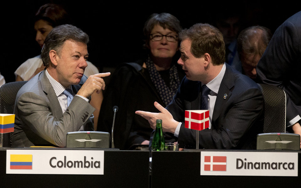 Photo - Colombia's President Jose Manuel Santos, left, and Danish Minister for European Affairs Nicolai Wammen, right, speak during the closing ceremony of the CELAC-EU summit in Santiago, Chile, Sunday, Jan. 27, 2013. A 60-nation summit wrapped up in Chile on Sunday with leaders from the European Union, Latin America and the Caribbean renewing calls for giving investors