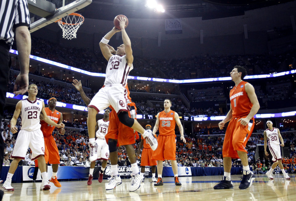 Oklahoma's Taylor Griffin (32) drives to the basket against the Syracuse defense during the second half of the NCAA Men's Basketball Regional at the FedEx Forum on Friday, March 27, 2009, in Memphis, Tenn.