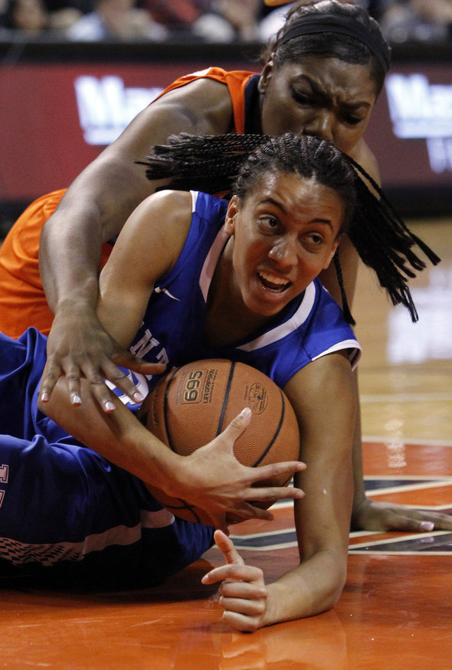 Photo - Kentucky's Kastine Evans (32) and Auburn's Tra'Cee Tanner (44) fight for the loose ball during the first half of an NCAA women's college basketball game on Sunday, Jan. 19, 2014, in Auburn, Ala. (AP Photo/Butch Dill)
