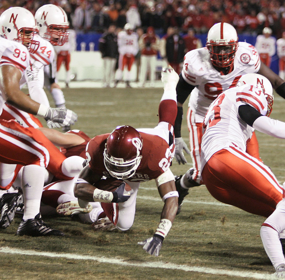 Photo - Oklahoma running back Allen Patrick (23) scores OU's first touchdown in the first half of the Big 12 Championship game during the University of Oklahoma Sooners (OU) college football game against the University of Nebraska Cornhuskers (NU) at Arrowhead Stadium, on Saturday, Dec. 2, 2006, in Kansas City, Mo.   By Bryan Terry, The Oklahoman  ORG XMIT: KOD