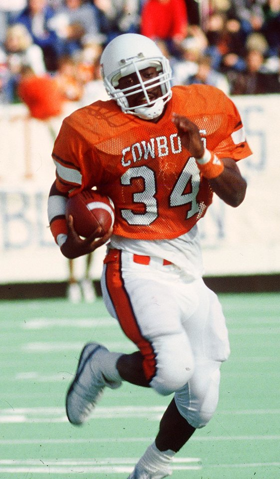 Photo - COLLEGE FOOTBALL: Oklahoma State University (OSU) running back Thurman Thomas carries the ball, August 24, 1986, in Stillwater, Okla. Oklahoman Staff Photo.