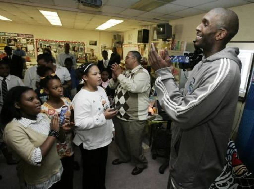 Oklahoma City Thunder\'s Joe Smith, right, applauds students in the KIPP Reach College Prepatory School students fifth grade reading after participating in a mini-lesson with the class in Oklahoma City, Thursday, Dec. 11, 2008. The visit is in conjunction with the Thunder Read to Achieve program. (AP Photo/Sue Ogrocki)