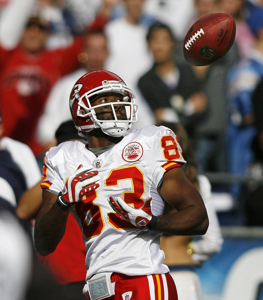 Photo - Kansas City Chiefs receiver Mark Bradley pulls in a 30-yard touchdown pass against the San Diego Chargers during the first quarter of an NFL football game on Sunday, Nov. 9, 2008, in San Diego. (AP Photo/Denis Poroy) ORG XMIT: CALI102