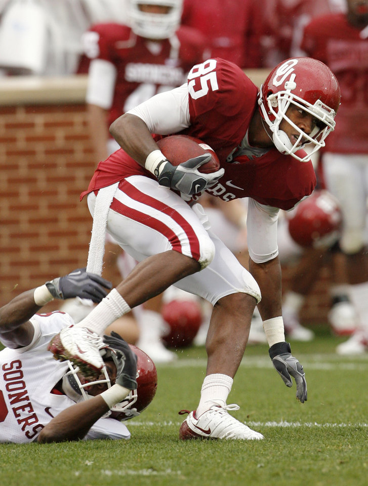 Photo - Ryan Broyles catches a pass during the spring Red and White football game for the University of Oklahoma (OU) Sooners at Gaylord Family/Oklahoma Memorial Stadium on Saturday, April 17, 2010, in Norman, Okla.  Photo by Steve Sisney, The Oklahoman