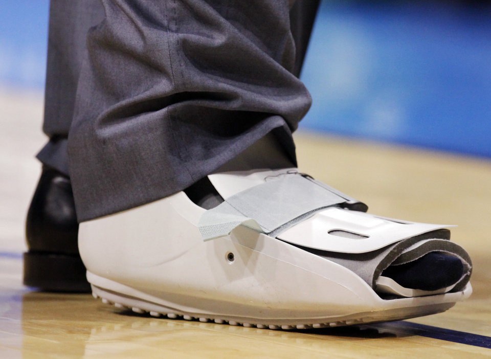 Photo - INJURED: A view of the protective boot on Kevin Durant's right foot during the NBA basketball game between the Dallas Mavericks and the Oklahoma City Thunder at the Ford Center in Oklahoma City, March 2, 2009. BY NATE BILLINGS, THE OKLAHOMAN ORG XMIT: KOD