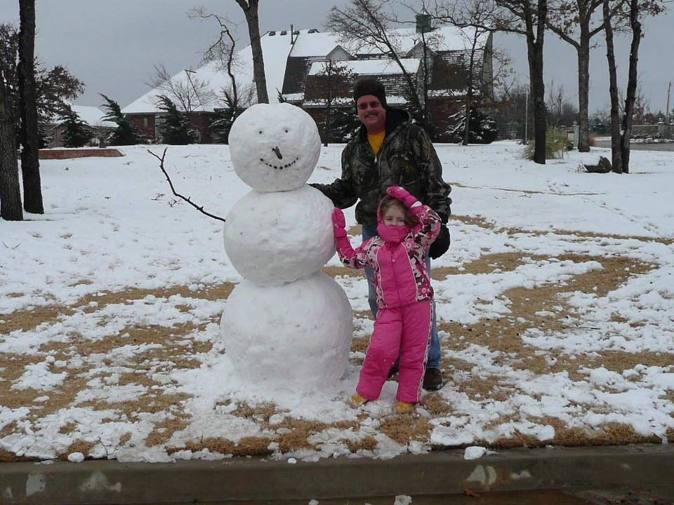 Marcus and Alyssa Payne building a snowman on 12/16/2007.<br/><b>Community Photo By:</b> Angela Payne<br/><b>Submitted By:</b> Angela, Choctaw