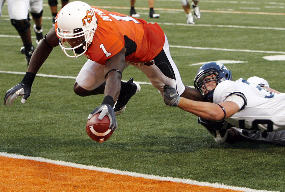 Photo - OSU's Dez Bryant (1) extends the ball for a touchdown as Rice's Travis Bradshaw (35) tries to bring down Bryant after a catch in the second quarter during the college football game between Oklahoma State University (OSU) and Rice University at Boone Pickens Stadium in Stillwater, Okla., Saturday, Sept. 19, 2009. Photo by Nate Billings, The Oklahoman ORG XMIT: KOD