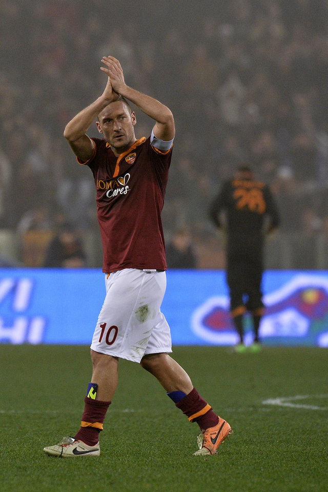 Photo - AS Roma's Francesco Totti salutes fans as he celebrate his side's 1-0 win over Juventus, at the end of an Italian Cup, round of eight, soccer match, at Rome's Olympic stadium, Tuesday, Jan. 21, 2014. (AP Photo/Alfredo Falcone, Lapresse)