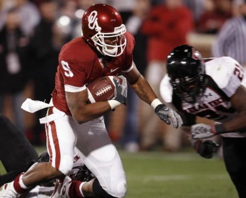 Photo - Juaquin  Iglesias scores during the first half of the college football game between the University of Oklahoma Sooners (OU) and Texas Tech University at the Gaylord Family -- Oklahoma Memorial Stadium on Saturday, Nov. 22, 2008, in Norman, Okla. BY STEVE SISNEY