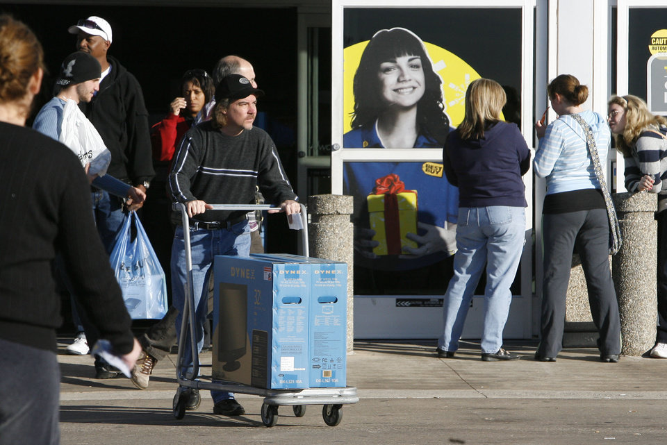 Photo - Jeff Burnham finds some good deals at the Best Buy Store at Pennsylvania and Memorial in Oklahoma City, OK, on Black Friday, Nov. 27, 2009. By Paul Hellstern, The Oklahoman