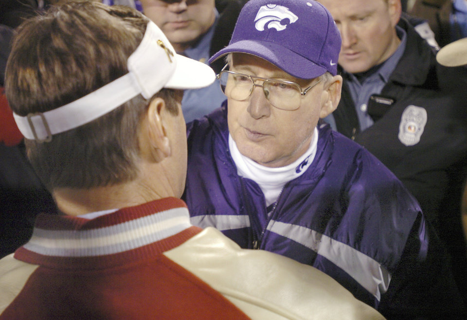 Photo - Kansas City, Mo. Saturday,12/06/2003 . BIG 12 CHAMPIONSHIP UNIVERSITY OF OKLAHOMA  (OU) VS KANSAS STATE (KSU) COLLEGE FOOTBALL AT ARROWHEAD STADIUM. Sooners head coach Bob Stoops and Wildcats head coach Bill Snyder meet at mid-field following OU's 35 to 7 loss. (Staff photo by Steve Gooch)