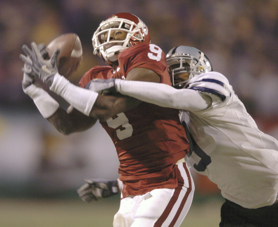 Kansas City, Mo. Saturday,12/06/2003 UNIVERSITY OF OKLAHOMA VS KANSAS STATE UNIVERSITY (KSU) BIG 12 COLLEGE FOOTBALL CHAMPIONSHIP ARROWHEAD STADIUM. OU's Mark Clayton catches a 39-yard pass as Randy Jardan (PUBLISHED AS JORDAN) defends on the play. (Staff photo by Steve Gooch)
