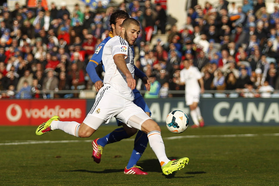 Photo - Real's Karim Benzema prepares to score his goal during a Spanish La Liga soccer match between Real Madrid and Getafe at the Coliseum Alfonso Perez stadium in Madrid, Spain, Sunday, Feb. 16, 2014. (AP Photo/Gabriel Pecot)