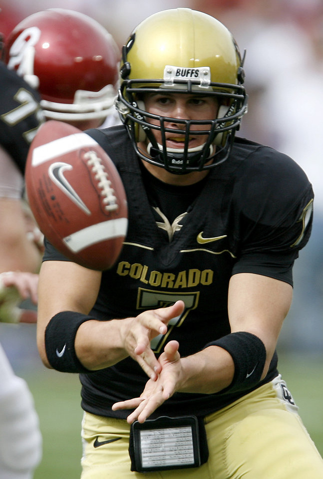 Photo - Cody Hawkins of Colorado pitches the ball during the second half of the college football game between the University of Oklahoma Sooners (OU) and the University of Colorado Buffaloes (CU) at Folsom Field on Saturday, Sept. 28, 2007, in Boulder, Co.  By Bryan Terry, The Oklahoman