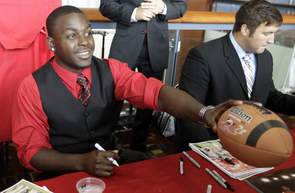 Photo -   Wisconson running back Montee Ball signs autographs for fans as part of Big Ten Media Days and Kickoff Luncheon, Friday, July 27, 2012, in Chicago. (AP Photo/M. Spencer Green)