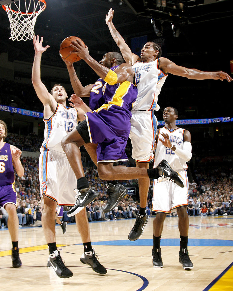 Photo - Kobe Bryant of the Lakers drives to the basket past Oklahoma City's Nenad Krstic, left, Thabo Sefolosha, and Jeff Green during the NBA basketball game between the Los Angeles Lakers and the Oklahoma City Thunder at the Ford Center,Tuesday, Feb. 24, 2009. The Lakers won 107-93. PHOTO BY BRYAN TERRY, THE OKLAHOMAN