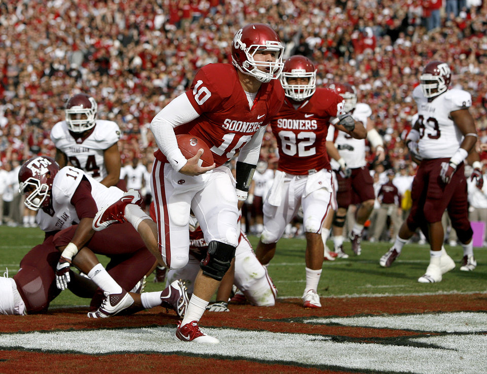 Photo - Oklahoma's Blake Bell (10) scores a touchdown during the college football game between the Texas A&M Aggies and the University of Oklahoma Sooners (OU) at Gaylord Family-Oklahoma Memorial Stadium on Saturday, Nov. 5, 2011, in Norman, Okla. Photo by Bryan Terry, The Oklahoman ORG XMIT: KOD