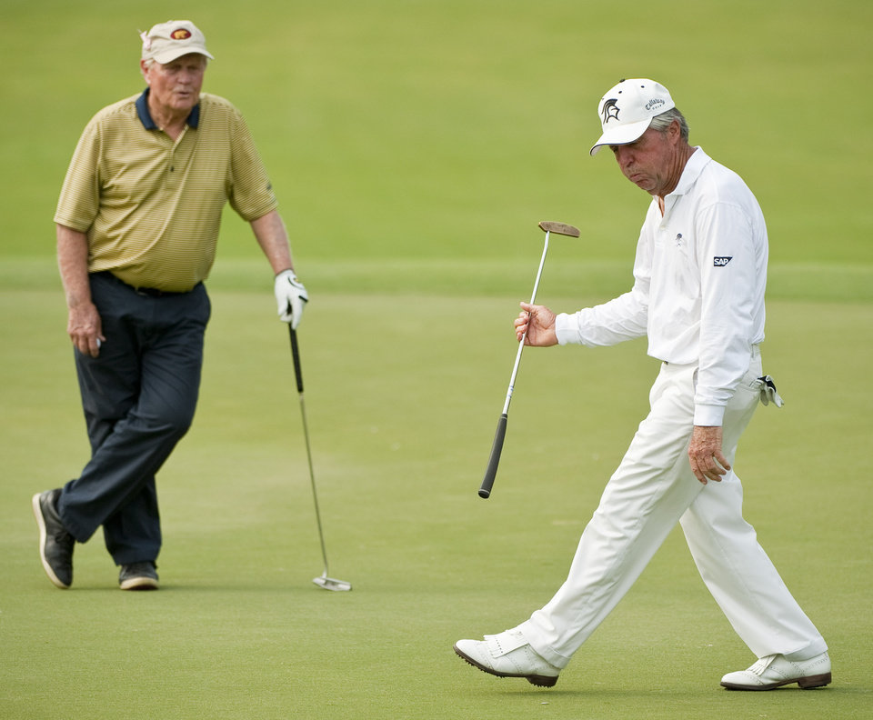 Jack Nicklaus, left, and Gary Player, right, react to Player's missed birdie putt on the 16th green during a Greats of Golf event Saturday, May 5, 2012, in The Woodlands, Texas. (AP Photo/Dave Einsel)