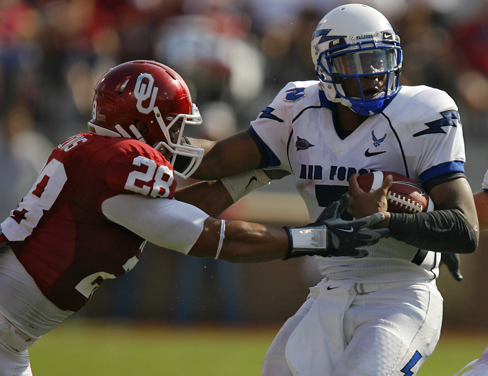 Oklahoma's Travis Lewis (28) tries to stop Air Force's Tim Jefferson (7) during the second half of the college football game between the University of Oklahoma Sooners (OU) and the Air Force Falcons at the Gaylord Family - Oklahoma Memorial Stadium on Saturday, Sept. 18, 2010, in Norman, Okla.   Photo by Chris Landsberger, The Oklahoman