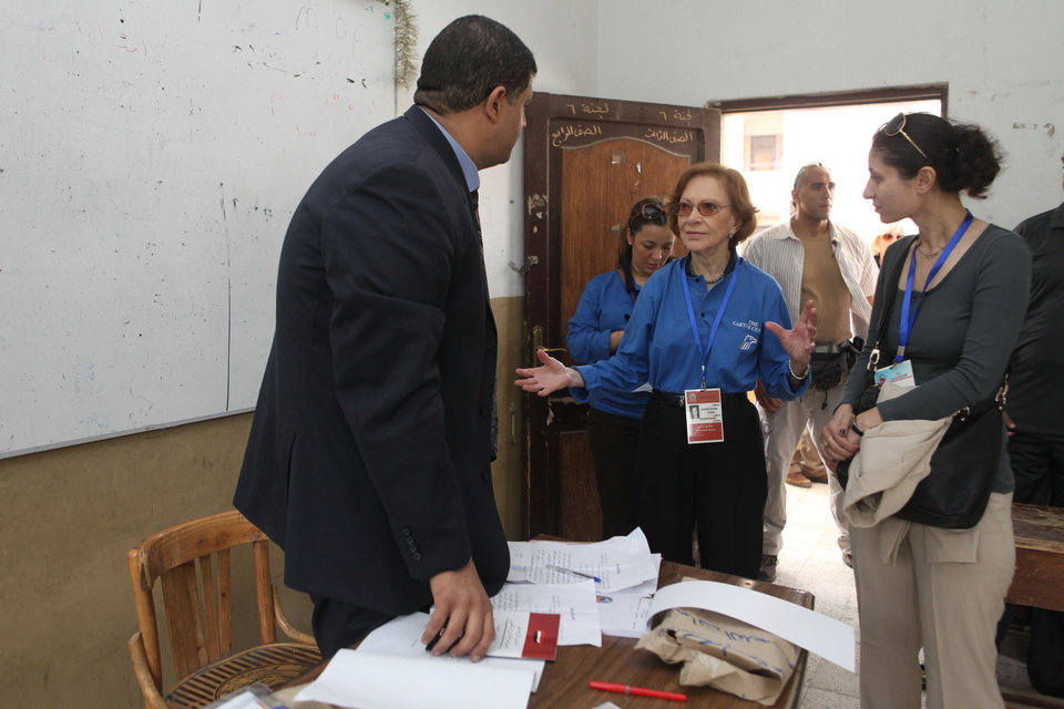 Photo -   Former US first lady Rosalynn Carter, center, speaks with an Egyptian election official inside a polling station in the Sayeda Aisha neighborhood of Cairo, Egypt, Wednesday, May 23, 2012. The Carter Center is in Egypt to monitor the presidential elections. Egyptians went to the polls on Wednesday morning to elect a new president after the fall of ex-President Hosni Mubarak last year. (AP Photo/Thomas Hartwell)