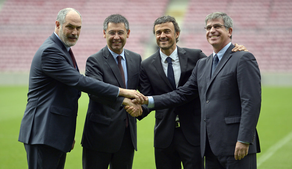Photo - FC Barcelona Sports director Andoni Zubizarreta, left, FC Barcelona's president Josep Maria Bartomeu, second left, FC Barcelona's vice-president Jordi Mestre, right, and Luis Enrique, second right, shake hands during the official presentation as new coach of FC Barcelona at the Camp Nou stadium in Barcelona, Spain, Wednesday, May 21, 2014. Former Barcelona player Luis Enrique signed a two-year contract to become coach on Wednesday, a hire the club hopes will resemble the success stories of Johan Cruyff and Pep Guardiola. (AP Photo/Manu Fernandez)