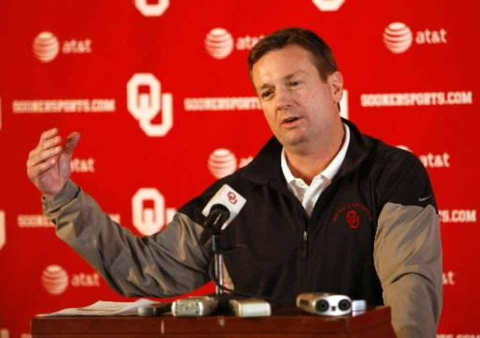 Photo - OU Sooner head coach  Bob  Stoops talks about his commitments on high school signing day at the Stadium Club of Gaylord Family -- Oklahoma Memorial Stadium at the University of Oklahoma in Norman, Okla. on Wednesday, Feb. 4, 2009. Photo by Steve Sisney, The Oklahoman