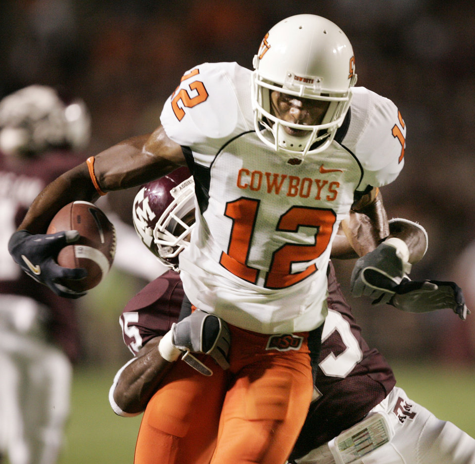 Photo - OSU: Adarius Bowman scores in the second quarter long pass play during the college football game between the Oklahoma State University Cowboys and the Texas A&M Aggies at Kyle Field in College Station, Tex., Saturday, Oct. 6, 2007. By STEVE GOOCH, The Oklahoman  ORG XMIT: KOD
