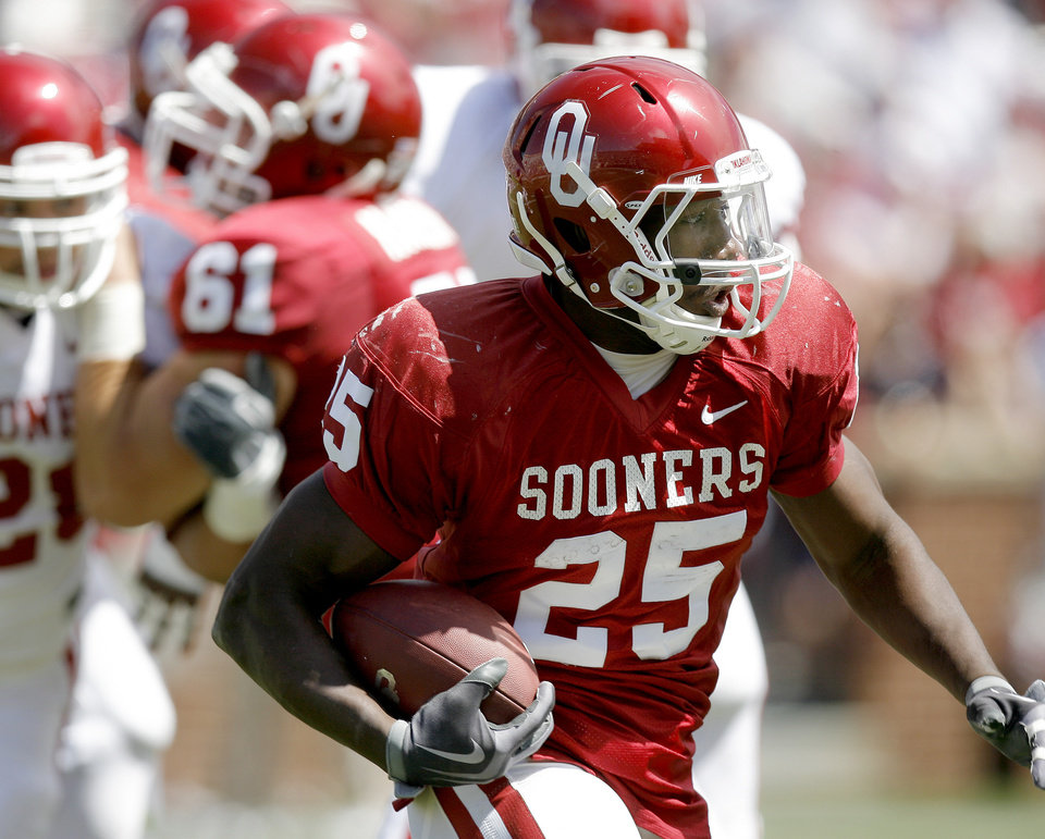 Photo - SPRING FOOTBALL GAME: OU's Justin Johnson runs the ball at the University of Oklahoma's Red-White college football game at The Gaylord Family --- Oklahoma Memorial Stadium in Norman, Okla., Saturday, April 11, 2009. Photo by Bryan Terry, The Oklahoman ORG XMIT: KOD