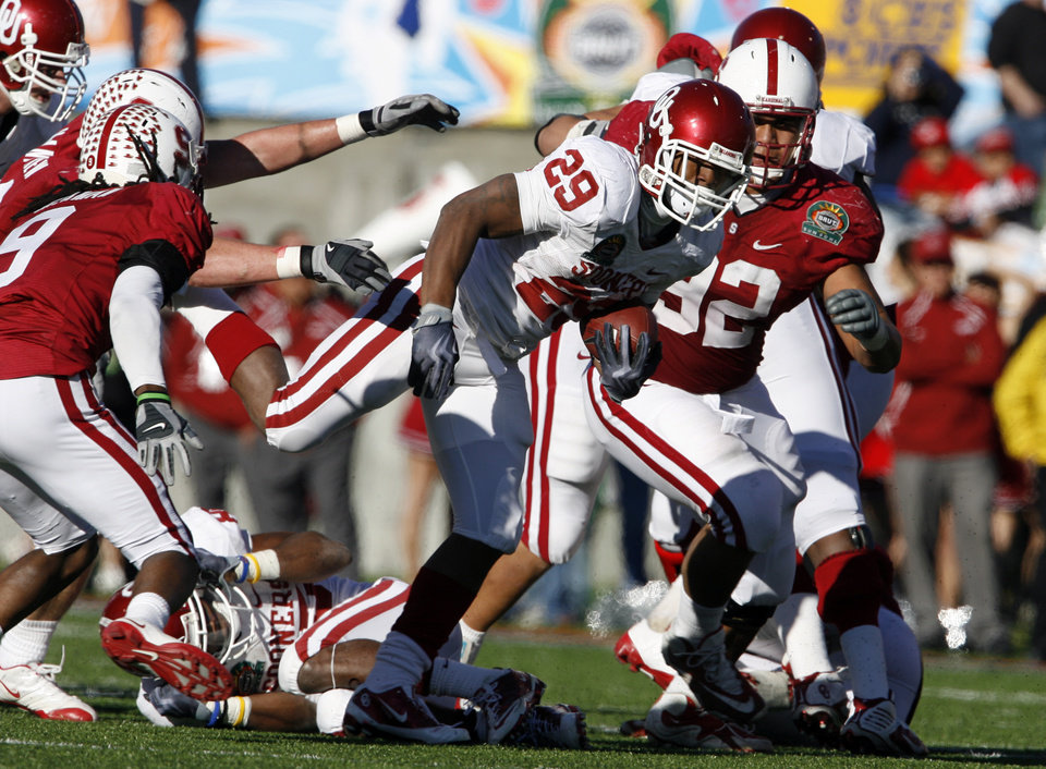 Photo - Chris Brown (29) carries during the second half of the Brut Sun Bowl college football game between the University of Oklahoma Sooners (OU) and the Stanford University Cardinal on Thursday, Dec. 31, 2009, in El Paso, Tex.   Photo by Steve Sisney, The Oklahoman