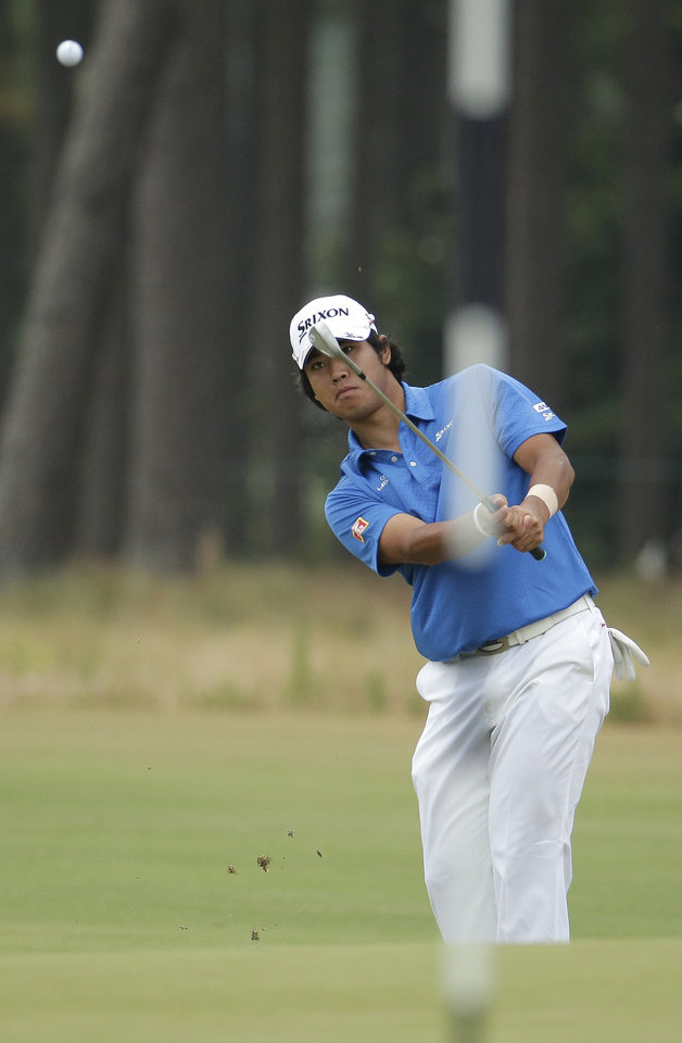 Photo - Hideki Matsuyama, of Japan, hits a chip on the 11th hole during the first round of the U.S. Open golf tournament in Pinehurst, N.C., Thursday, June 12, 2014. (AP Photo/Charlie Riedel)