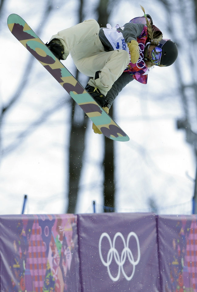 Photo - United States' Hannah Teter competes during the women's snowboard halfpipe qualifying at the Rosa Khutor Extreme Park, at the 2014 Winter Olympics, Wednesday, Feb. 12, 2014, in Krasnaya Polyana, Russia. (AP Photo/Felipe Dana)