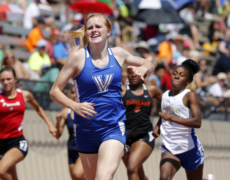 Photo - Carsyn Spurgeon, Vinita, wins the 4A girls 200 meter run at the Class 3A-4A state track meet at Moore Stadium on Saturday, May 10, 2014 in Moore, Okla.  Photo by Steve Sisney, The Oklahoman