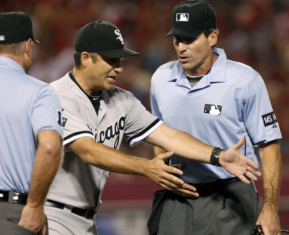 Photo -   White Sox manager Robin Ventura disputes a call with home plate umpire Angel Hernandez, right, in the fourth inning of a baseball game against the Los Angeles Angels in Anaheim, Calif., on Saturday, Sept. 22, 2012. Ventura was thrown out of the game. (AP Photo/Christine Cotter)