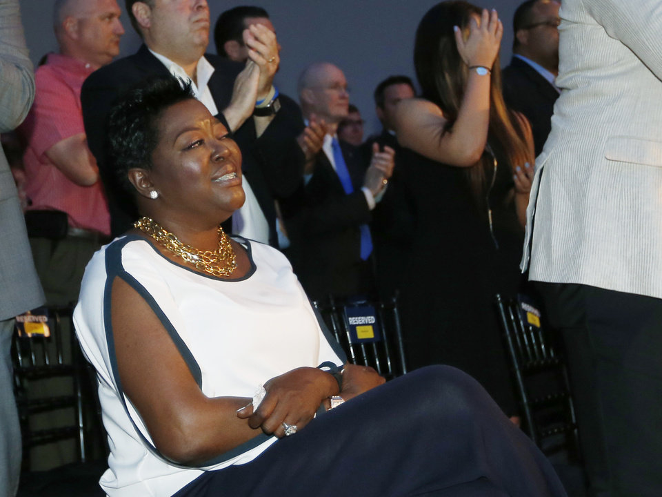 Photo - Wanda Pratt, Kevin Durant's mother, receives a standing ovation during a news conference as Durant gives his acceptance speech for winning 2013-14 Kia NBA Basketball Most Value Player Award in Oklahoma City, Tuesday, May 6, 2014. (AP Photo/Sue Ogrocki)