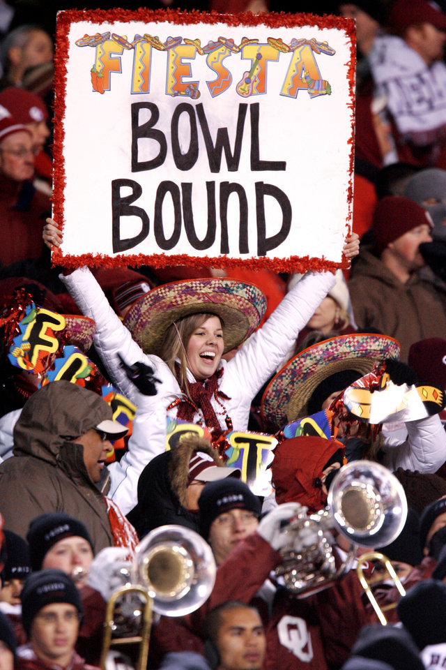 Photo - CELEBRATION, TOSTITOS FIESTA BOWL BOUND SIGN: An OU fan celebrates near the end of OU's win in the  Big 12 Championship game during the University of Oklahoma Sooners (OU) college football game against the University of Nebraska Cornhuskers (NU) at Arrowhead Stadium, on Saturday, Dec. 2, 2006, in Kansas City, Mo.   By Bryan Terry, The Oklahoman  ORG XMIT: KOD