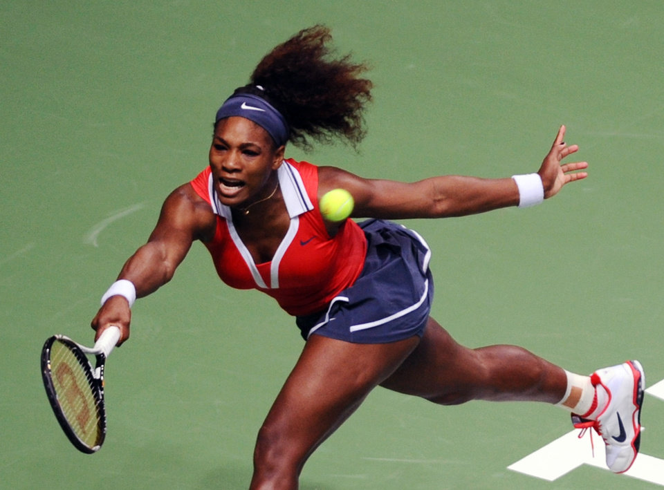 Photo -   Serena Williams of the US returns a shot to Na Li of China during their tennis match on the second day of the WTA championship in Istanbul, Turkey, Wednesday, Oct. 24, 2012. (AP Photo)
