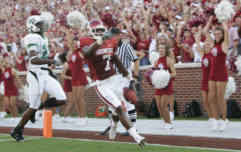 Photo - Oklahoma running back DeMarco Murray celebrates his first touchdown in the first half as he crosses the goal line during the University of Oklahoma Sooners (OU) college football game against the University of North Texas Mean Green (UNT) at the Gaylord Family - Oklahoma Memorial Stadium, on Saturday, Sept. 1, 2007, in Norman, Okla.
