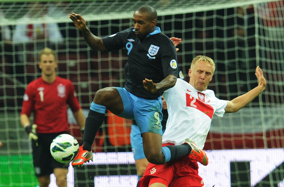 Photo -   England's Danny Welbeck challenges for the ball with Poland's Kamil Glik , right, during their World Cup Group H qualifying soccer match at the National Stadium in Warsaw, Poland, Wednesday, Oct. 17, 2012. (AP Photo/Alik Keplicz)