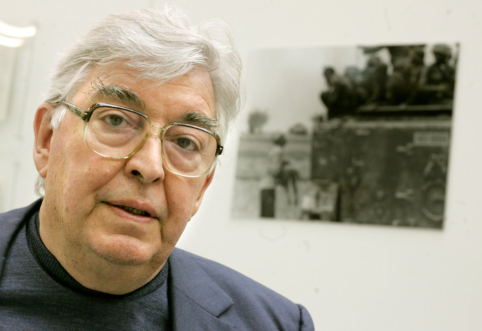 Photo -   FILE - In this Saturday, Oct. 1, 2005 file photo, two time Pulitzer winner, Horst Faas poses in the exhibition