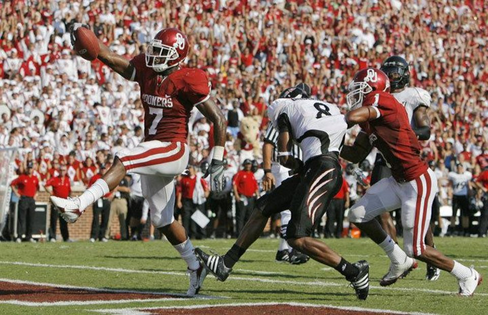 Photo - OU's  DeMarco  Murray (7) rushes for a touchdown as Manuel Johnson (1) blocks Cincinnati's Brandon Underwood (8) in the third quarter during the college football game between the University of Oklahoma (OU) and Cincinnati at Gaylord Family -- Oklahoma Memorial Stadium in Norman, Okla., Saturday, September 6, 2008. BY NATE BILLINGS, THE OKLAHOMAN