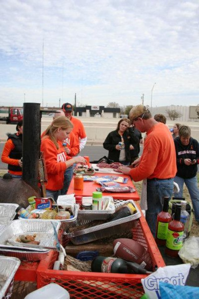 Bart Towne works at secret ingredients in the finals of the Bedlam Tailgating Showdown. <strong>DAVE CATHEY - THE OKLAHOMAN</strong>