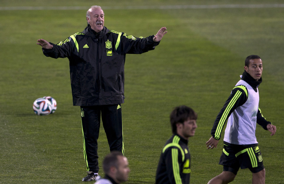 Photo - Spain's coach Vicente del Bosque signals to his players during a training session in Madrid, Monday March 3, 2014. Spain will play Italy Wednesday in a friendly soccer match. (AP Photo/Paul White)