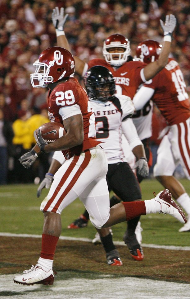 Photo - OU's Chris Brown (29) rushes for a touchdown in the second quarter of the college football game between the University of Oklahoma Sooners and Texas Tech University at Gaylord Family -- Oklahoma Memorial Stadium in Norman, Okla., Saturday, Nov. 22, 2008. BY NATE BILLINGS, THE OKLAHOMAN