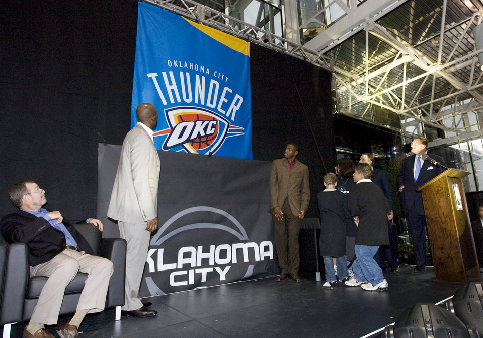 Photo - From left, head coach P.J. Carlesimo, player Damien Wilkins, player Desmond Mason and team chairman Clay Bennett, right, watch as children pull a rope to reveal the name Oklahoma City Thunder during the unveiling of the Oklahoma City Thunder NBA team name at Leadership Square in downtown Oklahoma City, Wednesday, September 3, 2008. NATE BILLINGS, THE OKLAHOMAN